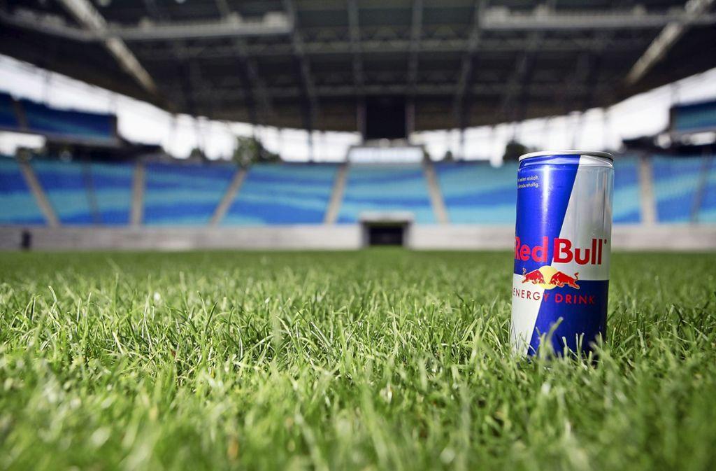 Koffeinhaltige Erfrischungsgetränke sind beliebt. Fast 70 Prozent der Jugendlichen in Deutschland trinken Energy Drinks wie Red Bull– jeder vierte von ihnen mehr, als eigentlich gesund ist. Foto: dpa