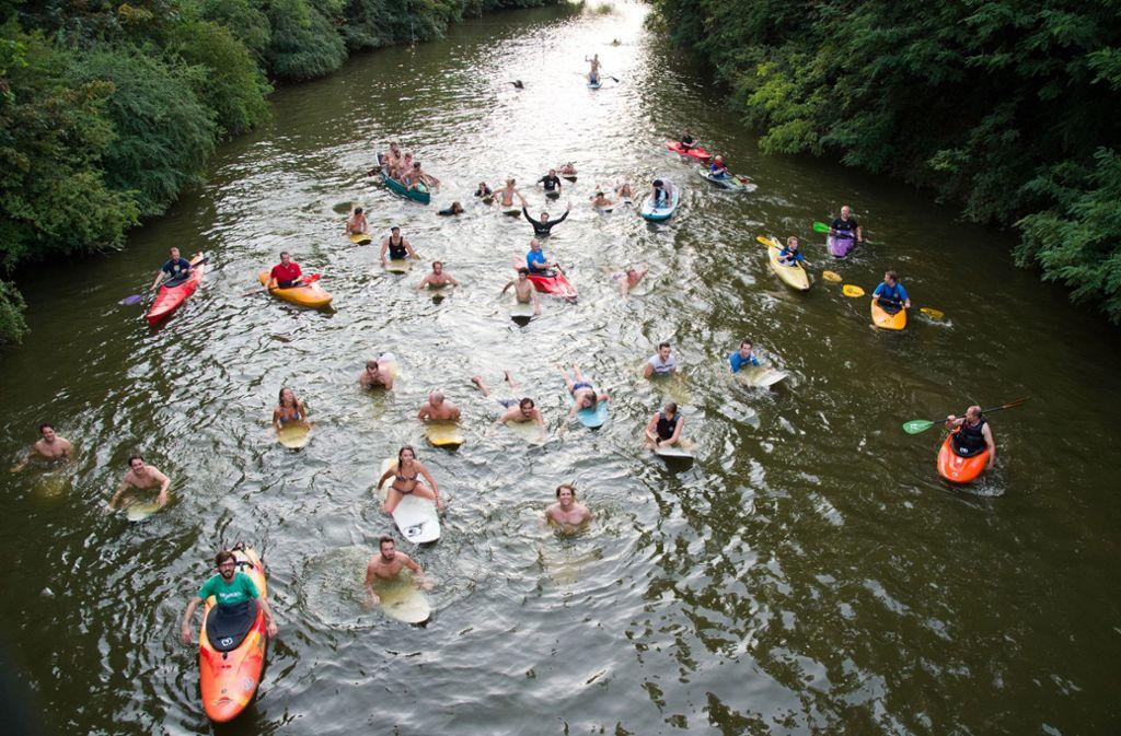Erstes Probepaddeln auf dem Neckar: Vor zwei Jahren hat eine Gruppe surfbegeisterter Stuttgarter erstmals in Untertürkheim ihre Idee für eine Flusswelle auf dem Neckar vorgestellt. Foto: Lichtgut - Oliver Willikonsky