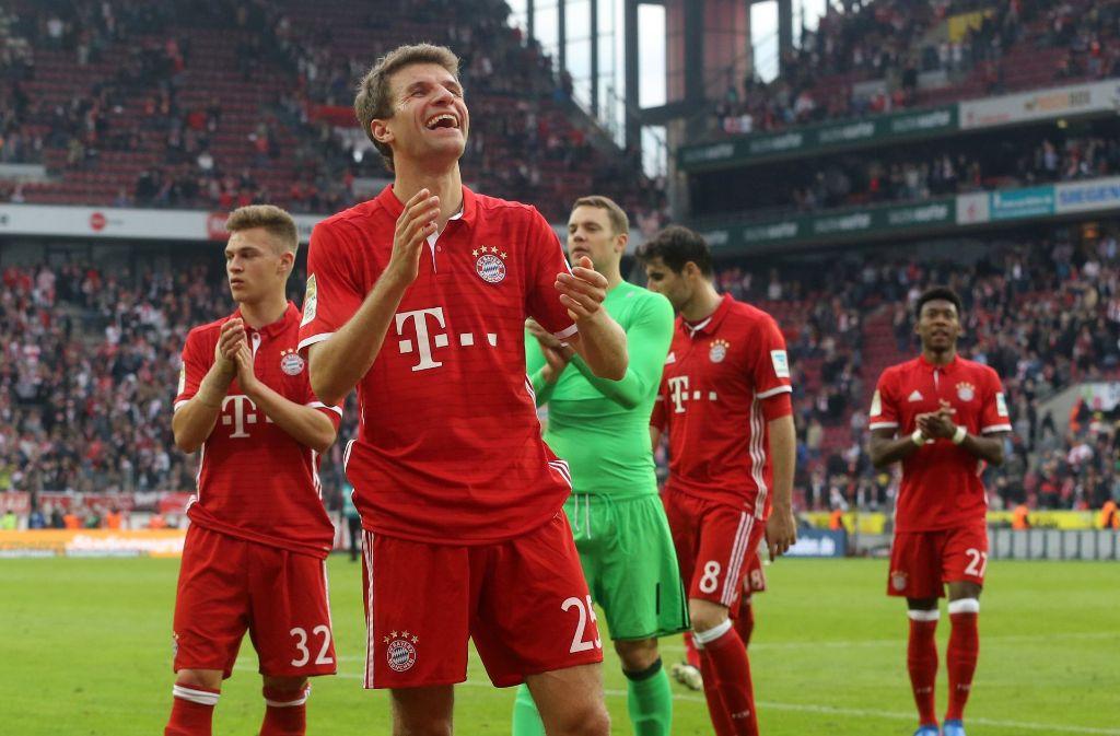 Die Münchner Joshua Kimmich (von links), Thomas Müller, Manuel Neuer, Javi Martinez und David Alaba feiern nach dem 3:0 Sieg über Köln. Foto: dpa