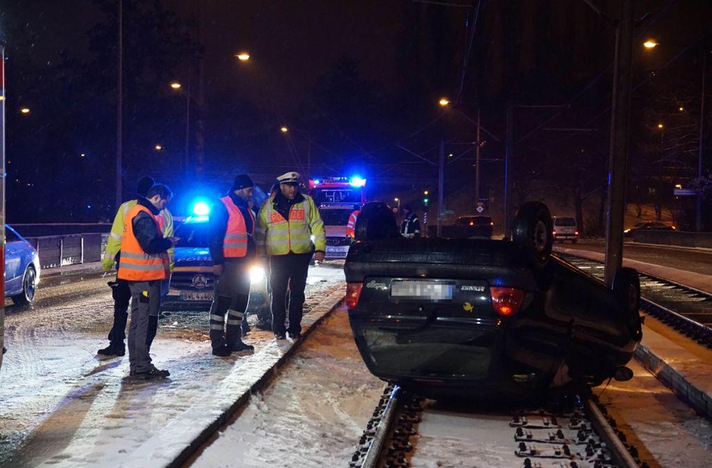 Das Auto landete bei Schneefall auf den Stadtbahn-Gleisen. Foto: Rosar