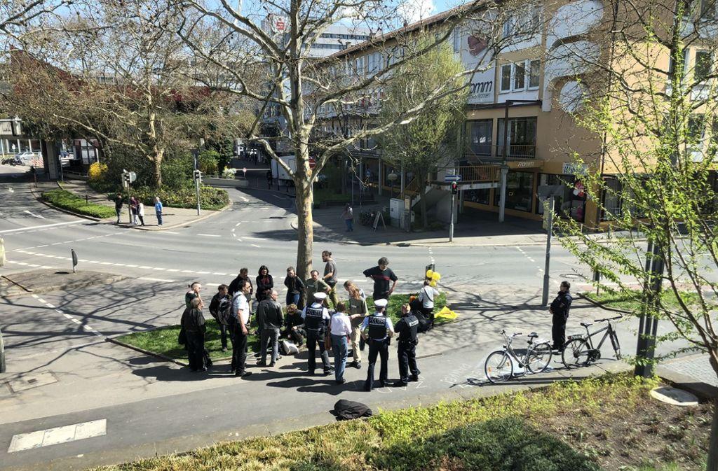 """Die Polizei räumte den Gerichtssaal, die Aktivisten versammelten sich vor  dem Gebäude: """"Gerichte sind zum Essen da"""", schrieben sie unter anderem auf den Boden. Foto: Fuchs"""