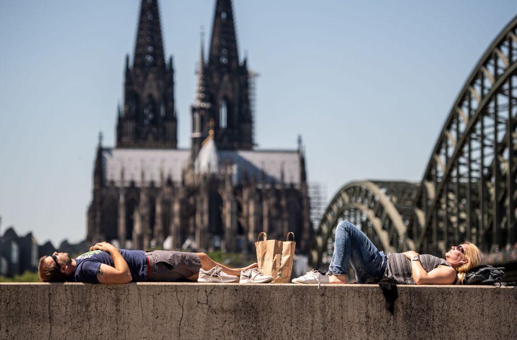 Der Kölner Dom darf mit spärlicher Kleidung nicht betreten werden. Foto: Marius Becker/dpa