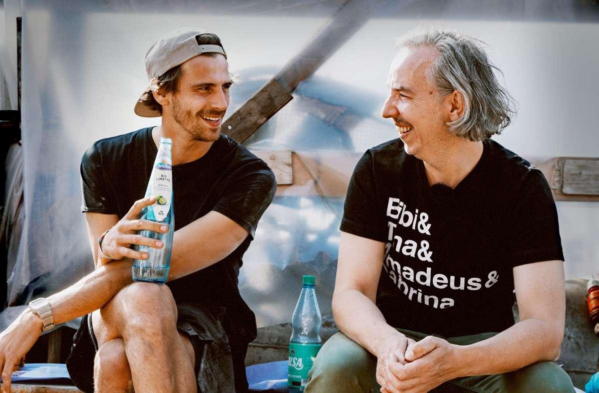 Beim Umbau des Hausboots stoßen Fynn Kliemann (links) und Olli Schulz immer wieder an ihre persönlichen und finanziellen Grenzen. Foto: Netflix/Brian Jakubowski