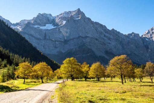 Unter der Woche hat man Ahornboden im Karwendel im Herbst fast für sich allein. Die namensgebenden Bäume verzaubern den Flecken in Tirol zu dieser Jahreszeit mit ihrer Farbenpracht.