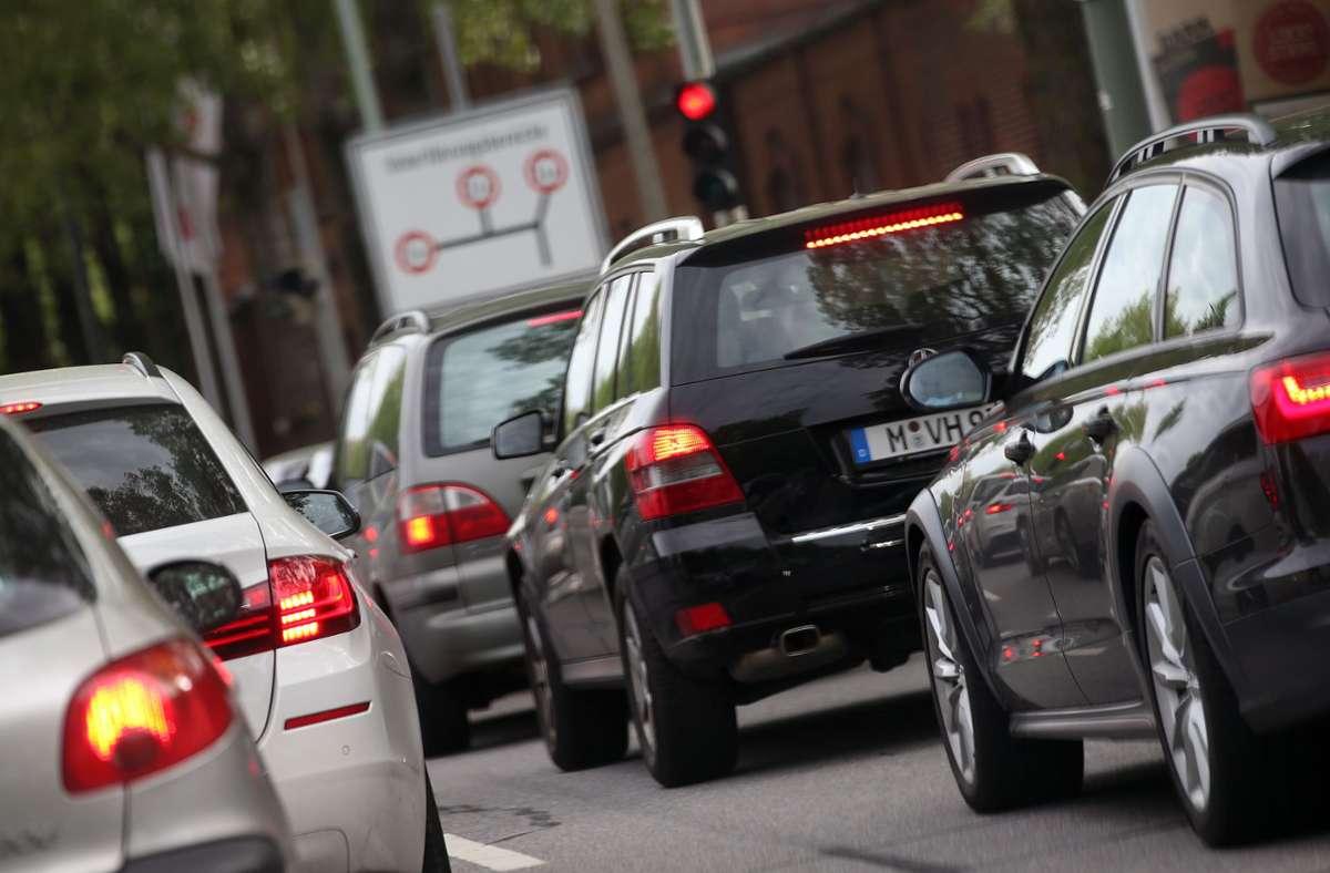 Fahrzeuge stehen im München im Stau. Foto: Stephan Jansen/dpa