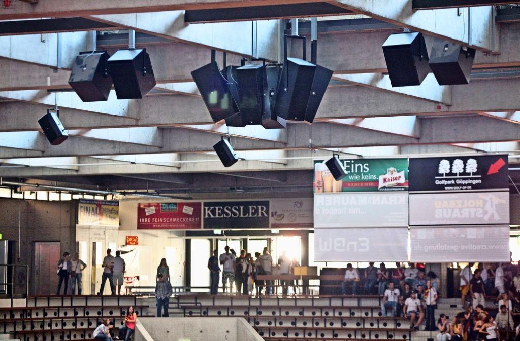 In der EWS-Arena gibt es zwar viele Lautsprecher, doch die Akustik lässt trotzdem  zu wünschen übrig. Foto: Horst Rudel