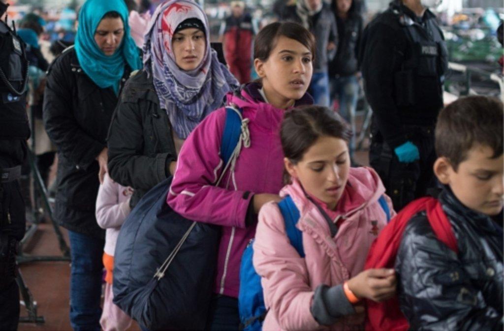 Viele Flüchtlinge verfolgen die Nachrichten zu den IS-Anschlägen in Paris mit Sorge. Foto: dpa-Zentralbild