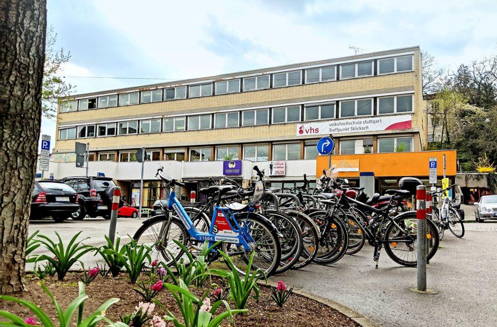 Ende 2020 werden die ehemaligen Schulgebäude abgerissen. Die Neubauten sollen Anfang 2024 fertig sein, erst dann kann der Stöckachplatz umgestaltet werden. Foto: Jürgen Brand