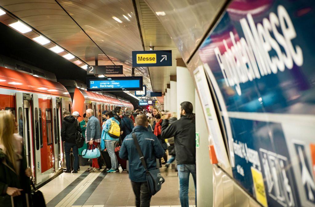 Der bisherige Halt am Flughafen für die S-Bahn soll um einen Halt für die Züge der Gäubahn ergänzt werden. Die Genehmigung dafür steht aus. Foto: Lichtgut/Achim Zweygarth