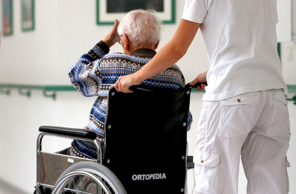 In der  Pflege ist der Bedarf an  qualifiziertem Personal groß. Dekra bildet Interessenten aus Südosteuropa aus, um den Fachkräftemangel zu lindern. Foto: dpa