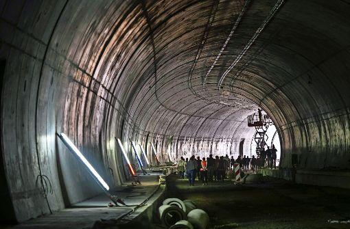 Bautrupp im Tunnel macht Überstunden