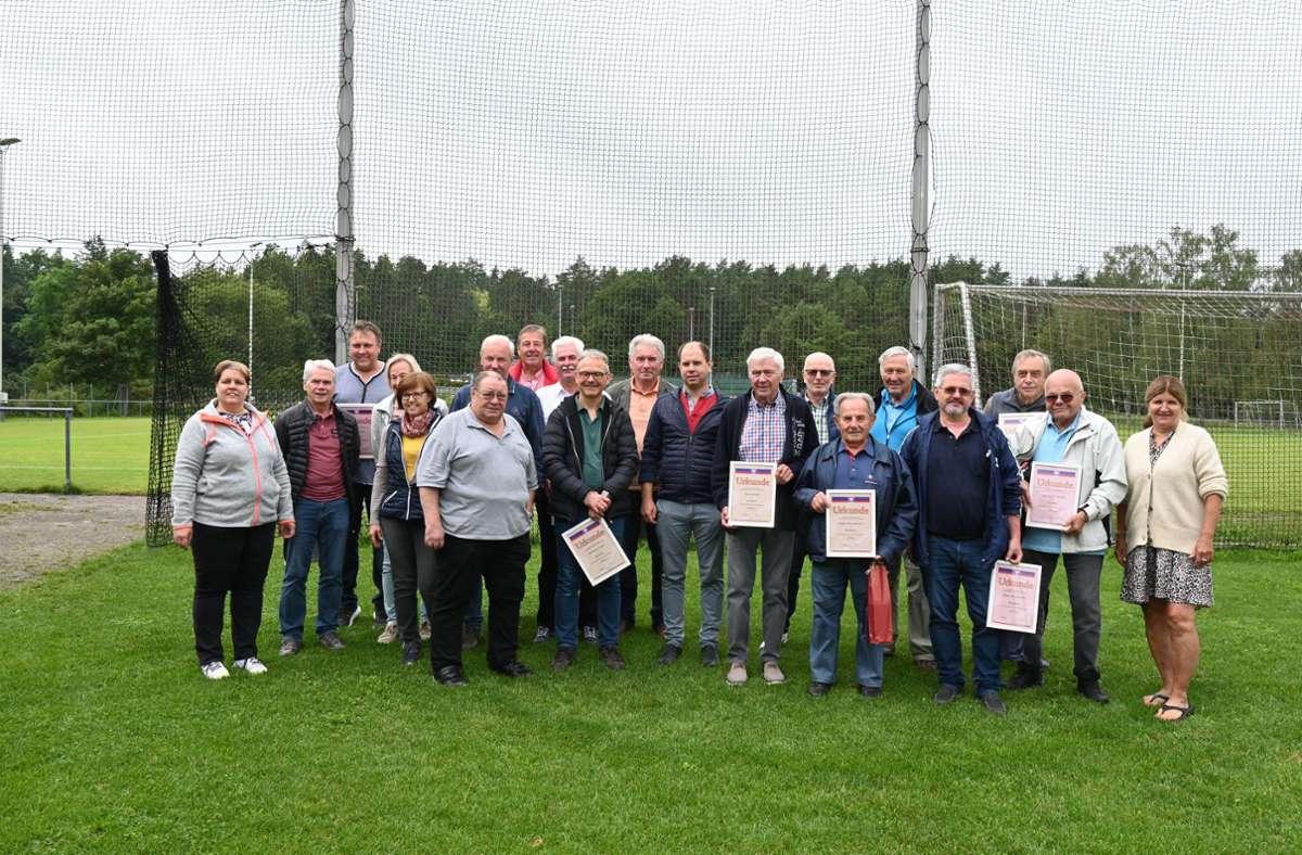 Langjähriger Vereinsmitglieder trafen sich auf dem Holzberg auf Einladung der Vorstandschaft des TSV Grafenau mit den Ehrenamtlichen und feierten. Foto: TSV Grafenau