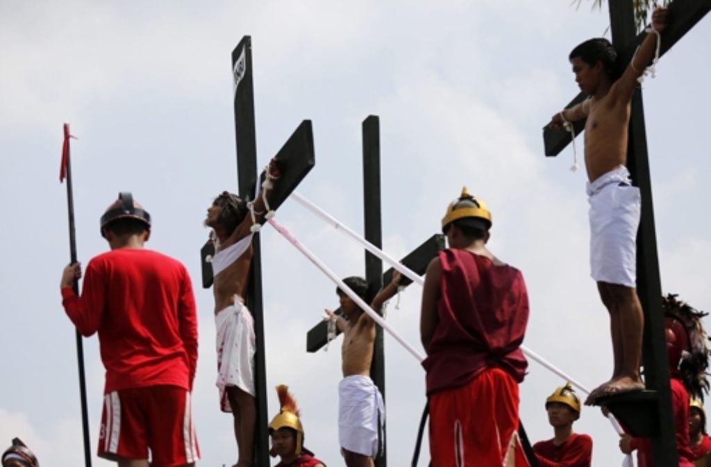 Martialische Glaubensbezeugung: Nahe Manila ließen sich 14 Männer ans Kreuz nageln, um die Leiden Jesu Christi nachzuempfinden. Unsere Bildergalerie zeigt Eindrücke vom philippinischen Brauch. Foto: EPA