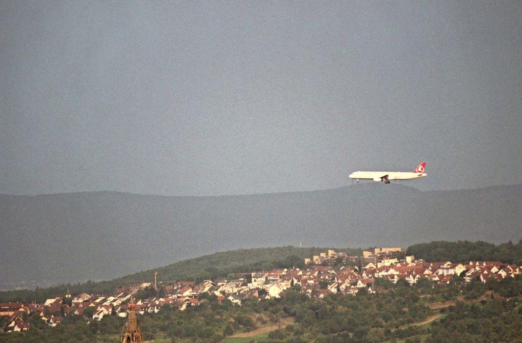 Das Foto, welches ein Flugzeug im Landeanflug zeigt, wurde   aus dem  Hochhaus Salute im Fasanenhof gemacht. Foto: Beiter