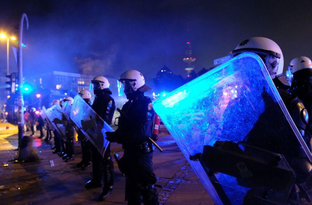 Laut Gewerkschaft der Polizei wurden im vergangenen Jahr 74.400 Polizeibeamte Opfer von vollendeten und versuchten Straftaten. (Archivbild) Foto: dpa