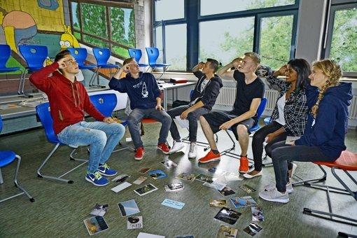 Kurz vor Schuljahresende denken die Noch-Elftklässler des ESG in kleinen Gesprächsgruppen  über ihren eigenen Standort und die Zukunftserwartungen nach. Der Spaß darf dabei nicht fehlen. Foto: Ursula Vollmer