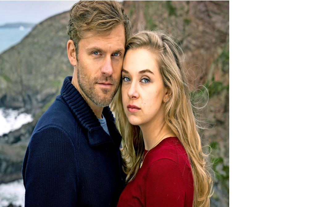 """Auch der 142. Pilcher-Film """"Wo dein Herz wohnt"""" hat ein vertrautes Tehma: Lilli (Anna Herrmann) und Ian (Jens Atzorn) kommen einander näher Foto: ZDF/Jon Ailes"""