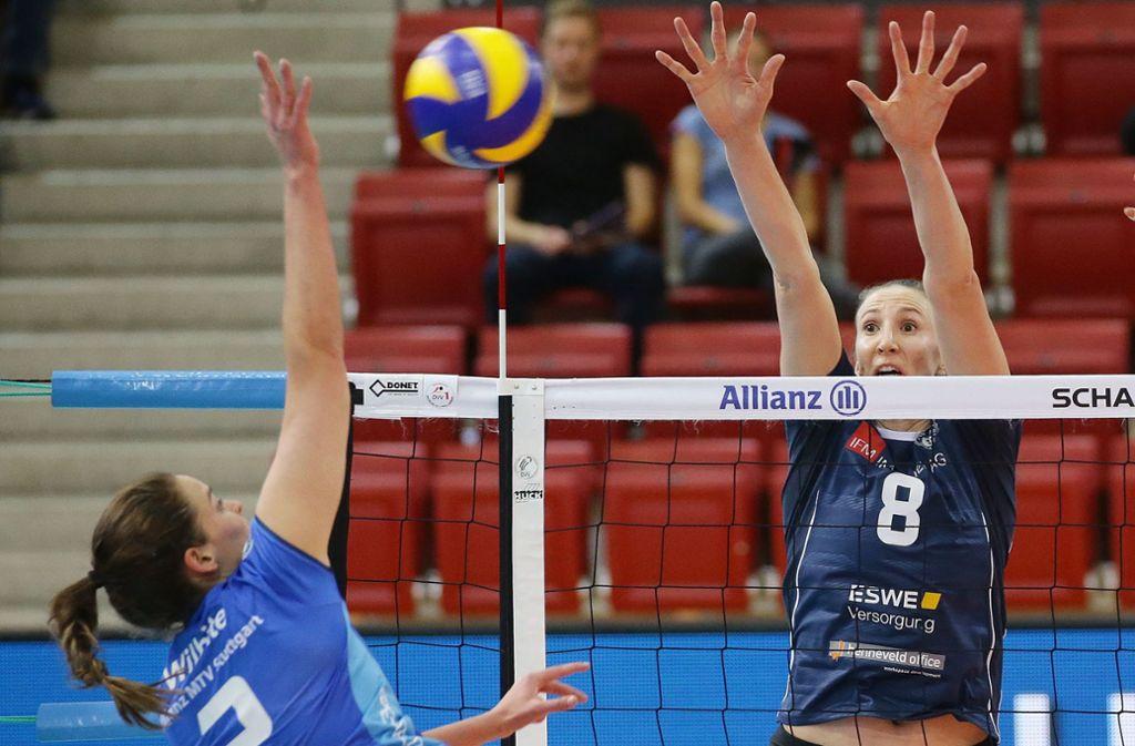 Nicht nur im Block eine echte Größe: Jennifer Hamson (re.), hier noch im Trikot des VC Wiesbaden Foto: Baumann