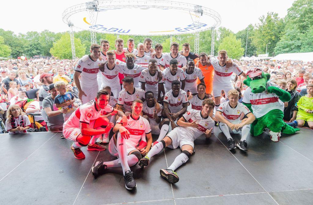 Die VfB-Mannschaft posiert vor den Fans für ein Foto Foto: dpa
