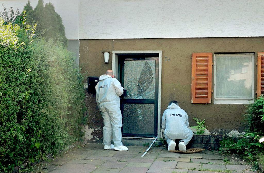 Spurensicherung in der Bunsenstraße: Vor diesem Haus trafen ein Angreifer und eine Polizeistreife nachts blutig aufeinander. Foto: Fotoagentur Stuttgart/ Andreas Rosar