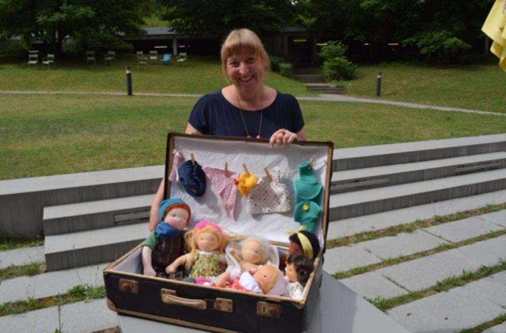 Kathrin Berger hat den Seemannskoffer beim Sperrmüll gefunden. Nun präsentiert sie darin ihre selbst gestalteten Puppen nach Waldorfart. Foto: Alexandra Kratz
