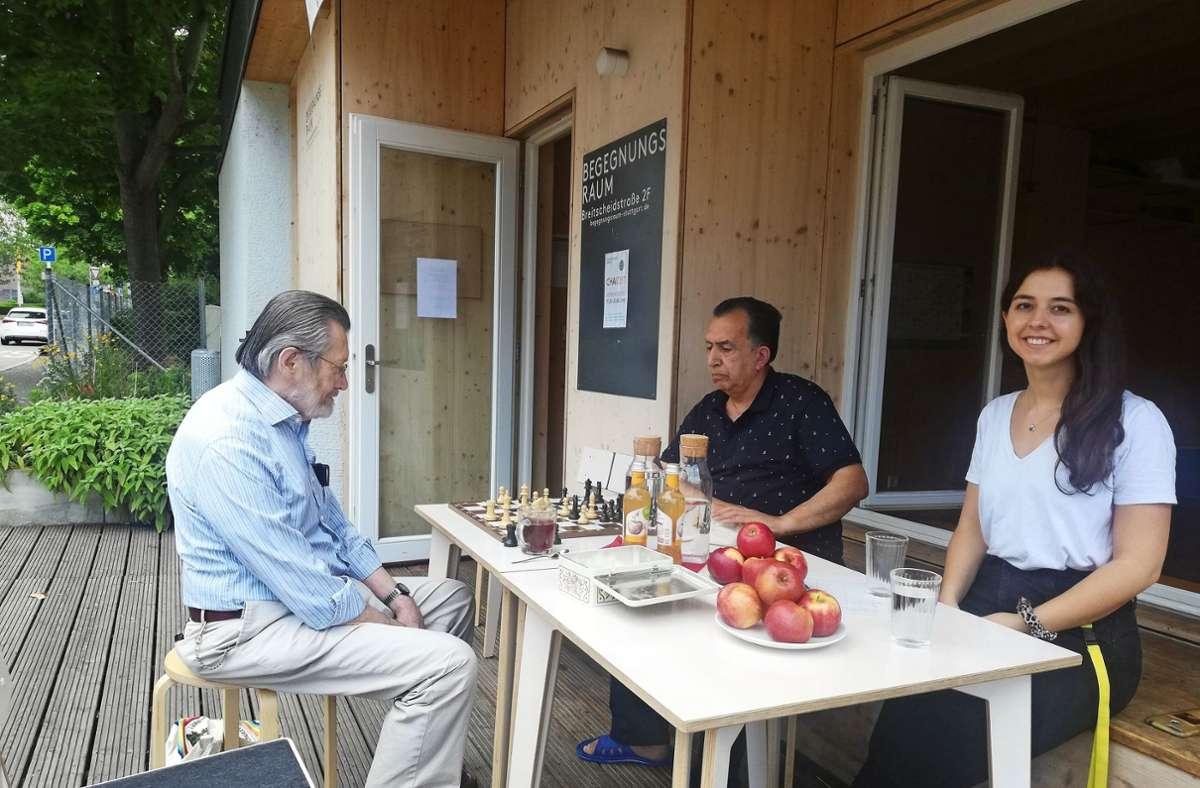 Erich Franz Xaver Bliemel und Abdulhadi Rashid können  miteinander Schachspielen. Die von Manas Shariyari  (rechts) mitorganisierte Chai-Zeit ist in Präsenz möglich. Foto: / Rehman