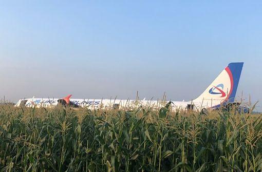 Passagierflugzeug landet  imMaisfeld - viele Verletzte