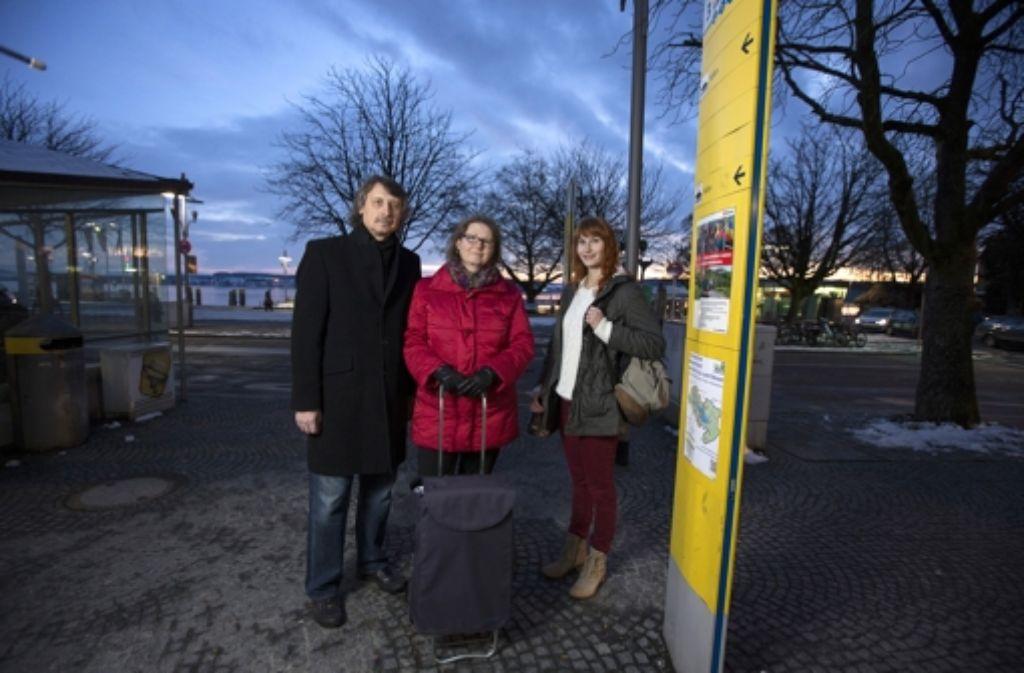 Die StZ-Mitarbeiterin Ariana Zustra mit ihren Eltern Hari und Sonja vor  der Bushaltestelle am Landungsplatz in Überlingen Foto: Michael Steinert