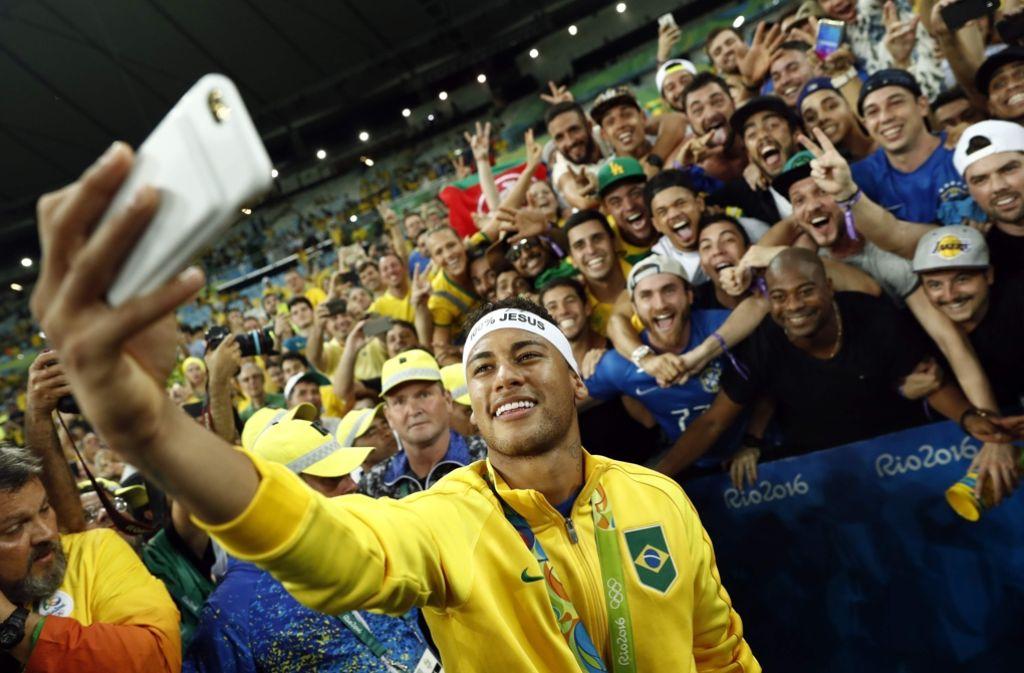 Fußball-Superstar Neymar feiert das Olympia-Gold mit den brasilianischen Fans. Foto: AFP
