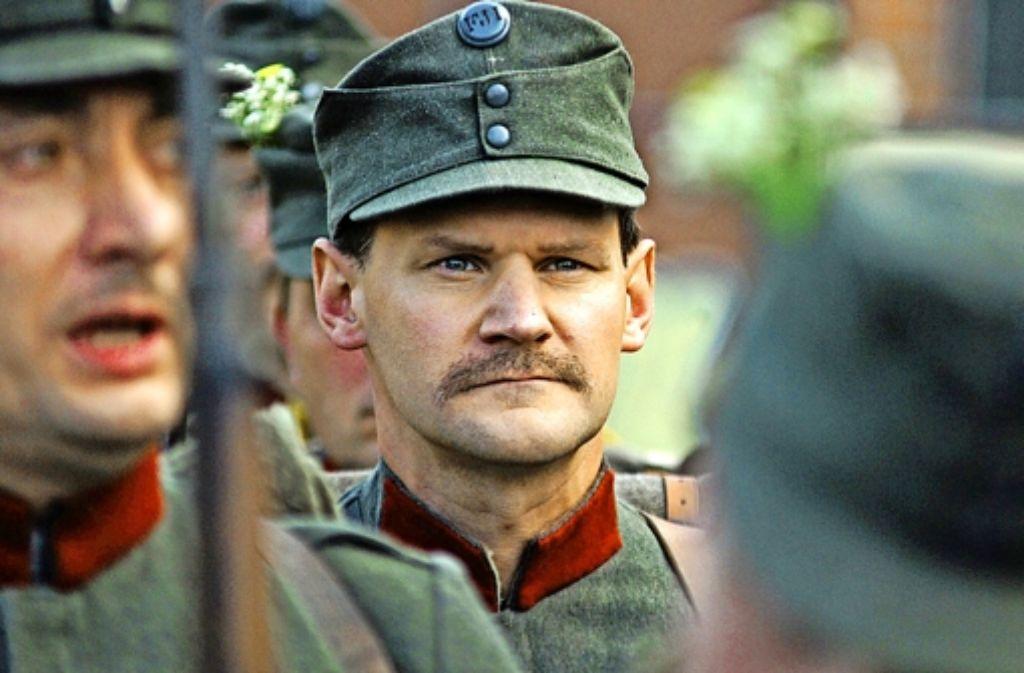 Der K.u.k.-Soldat Karl Kasser (David Oberkogler) beim Schwören des Eides. Foto:
