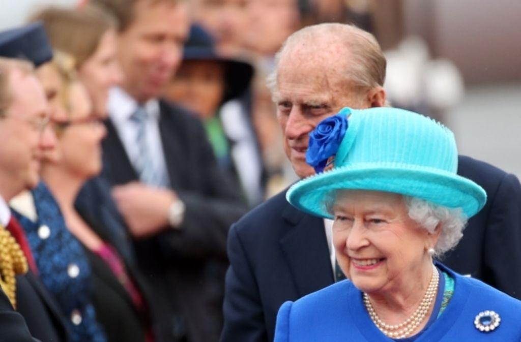 Queen Elizabeth und ihr Mann, Prinz Philip, haben die erste Nacht ihres Staatsbesuchs in Berlin verbracht. Am Mittwoch stehen zahlreiche Termine auf dem Programm. Foto: dpa