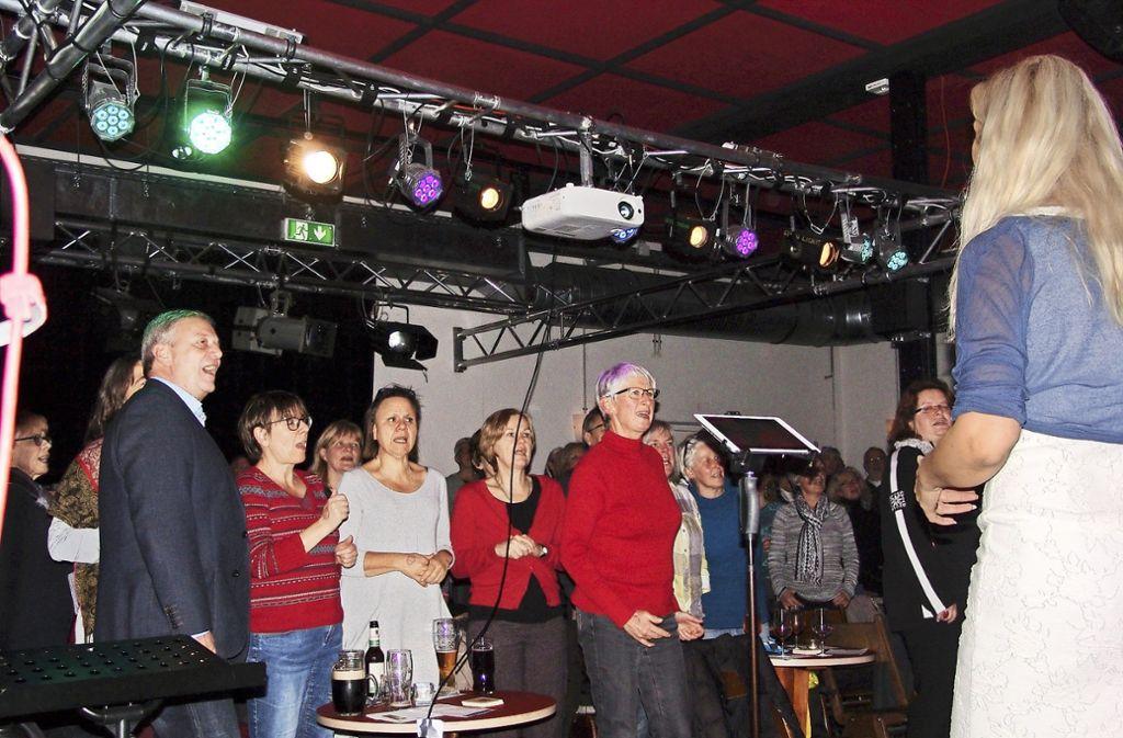 Viel Lust auf gemeinsames Singen: Jeschi Paul leitet das Offene Singen im Lab. Foto: Friedl