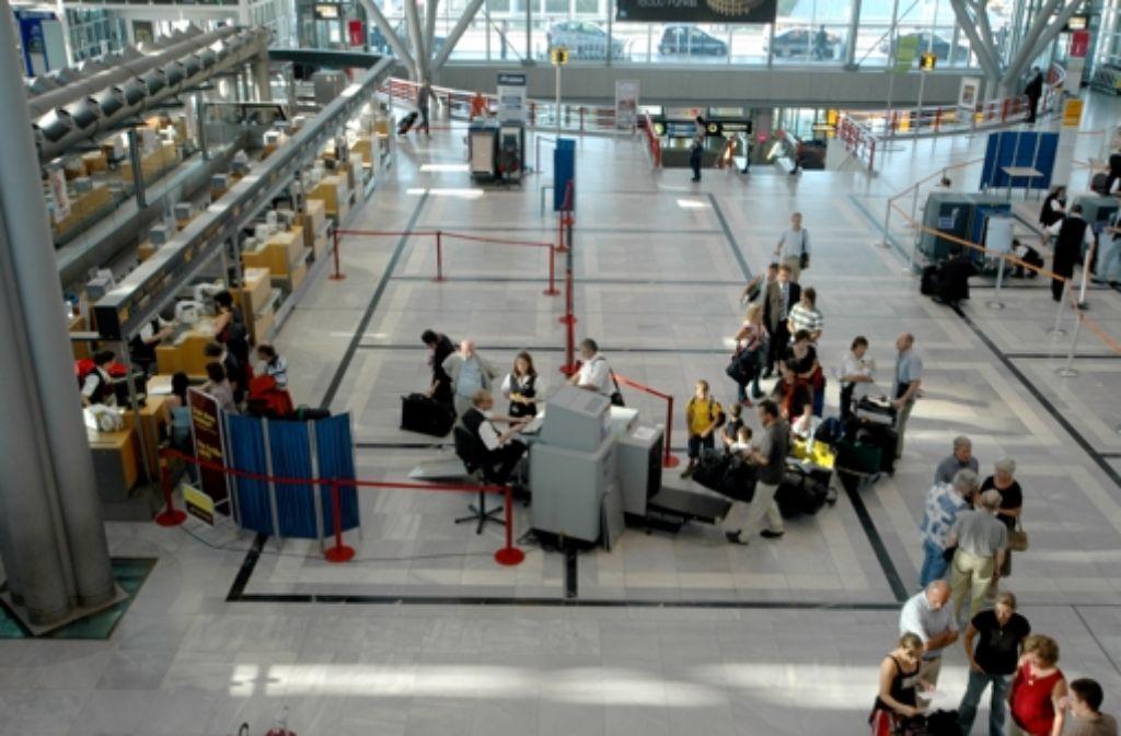 Bei der Passagierabfertigung am Stuttgarter Flughafen mischt künftig auch ein Billiganbieter mit. Foto: Leven