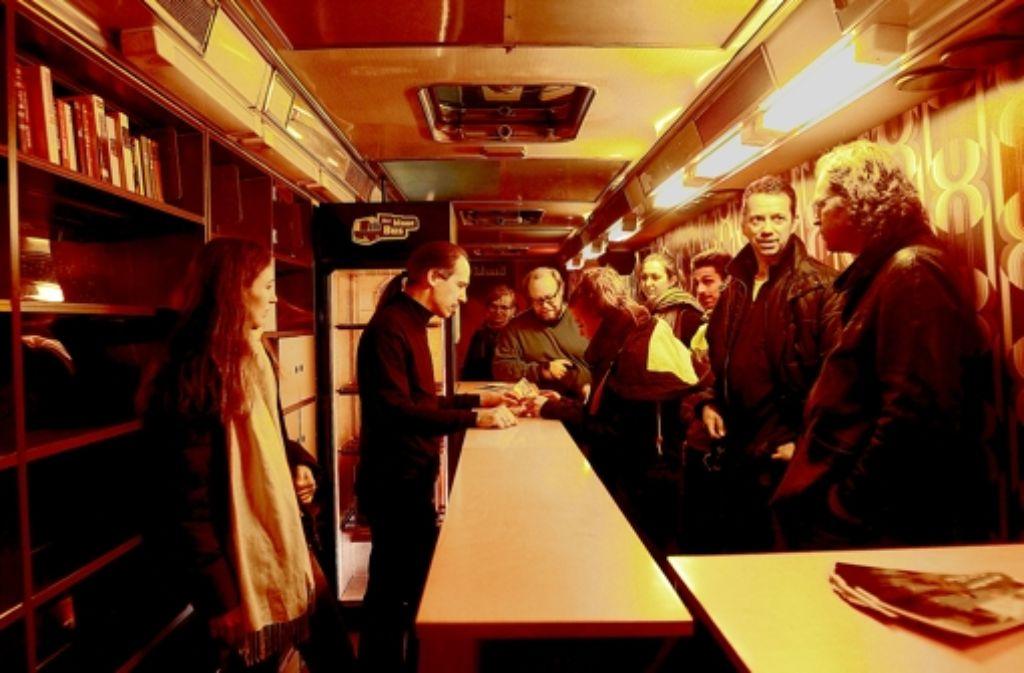 Den ehemaligen Bücherbus, der derzeit in der Türlenstraße überwintert,  kann man für private Feiern mieten. Zwischennutzungen in Stuttgart aus den vergangenen Jahren stellen wir in der folgenden Bilderstrecke vor. Foto: FACTUM-WEISE