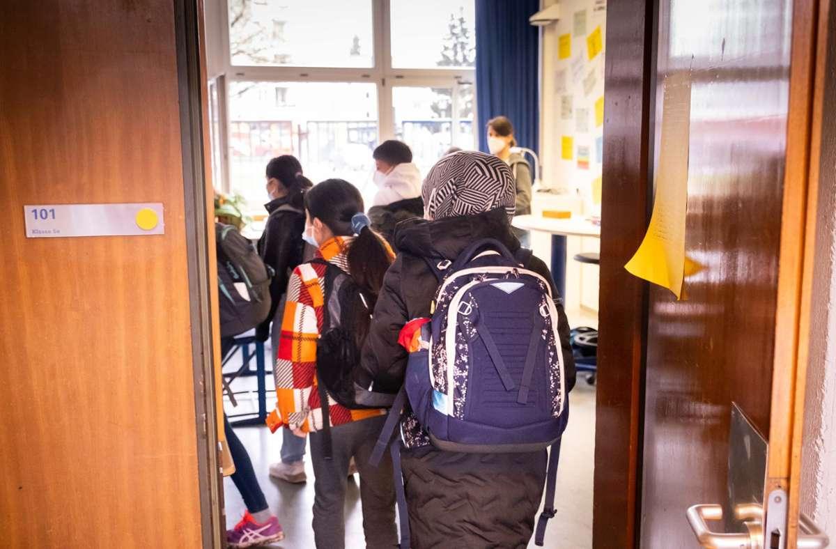 Bevor es ins Klassenzimmer geht, werden die Plätze zugewiesen. Foto: Lichtgut/Achim Zweygarth/Achim Zweygarth