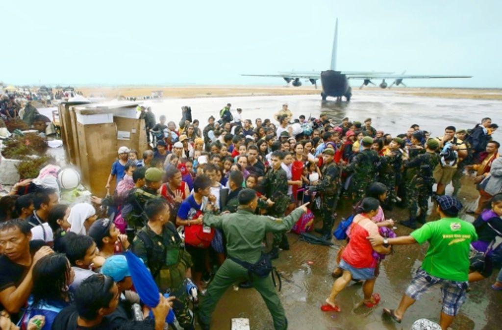 Nichts wie weg: auf dem Flugplatz von Tacloban warten Flüchtlinge darauf, einen Platz im Flugzeug zu ergattern. Foto: dpa