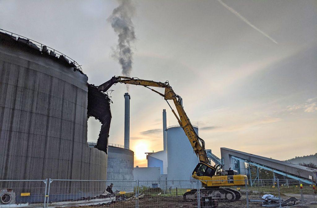 Wie mit einer riesigen Blechschere werden die alten Öltanks aus Stahlblech Stück für Stück aufgeschnitten. Foto: Jürgen Brand