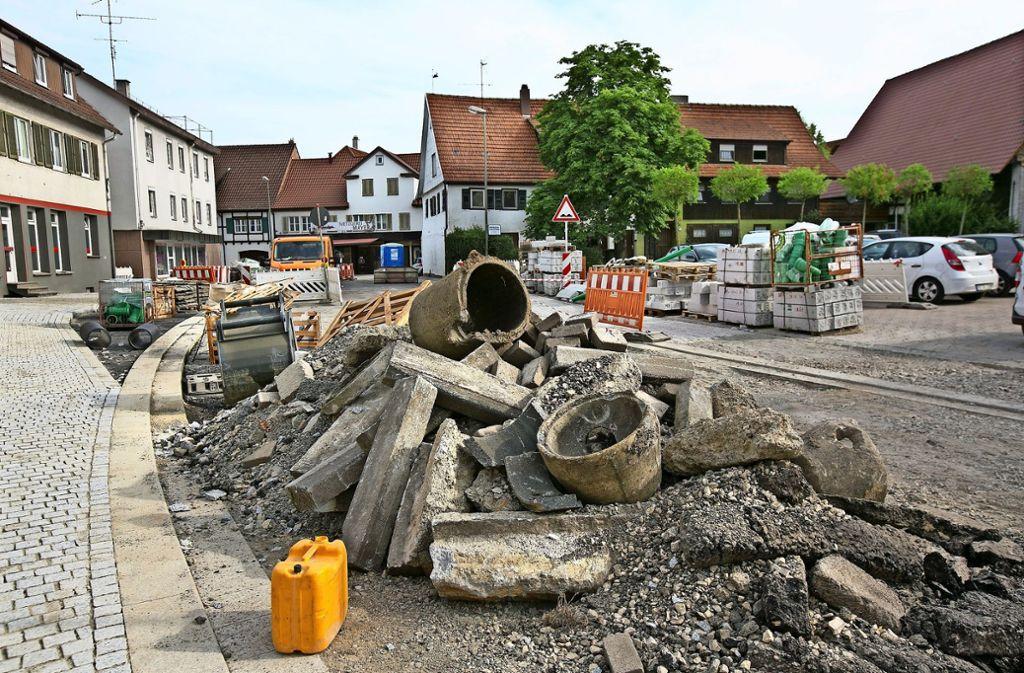 Aufgerissene  Straßen und Baumaschinen bestimmen zurzeit die Heininger Ortsmitte. Foto: Horst Rudel