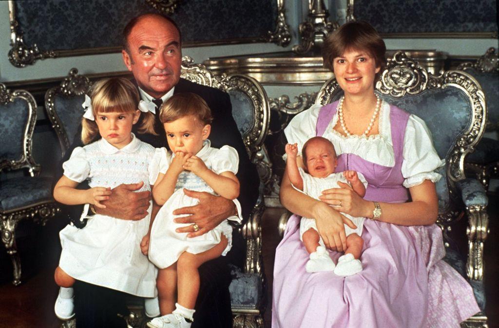 Ungewohnt brav: Fürstin Gloria von Thurn und Taxis, Fürst Johannes und die drei Kinder Maria Theresia, Elisabeth und Albert (von links) im Jahr 1983. Foto: dpa