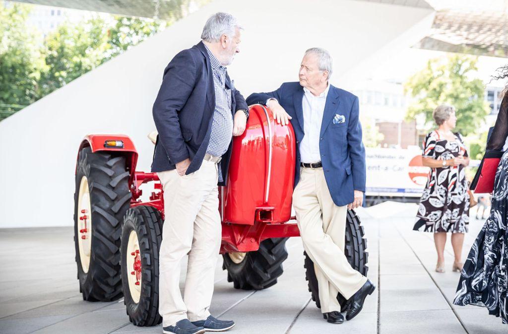 Dr. Wolfgang Porsche unterhält sich mir Harald Stegen (Vorsitzender des Projekts Porsche Junior) Foto: Lichtgut