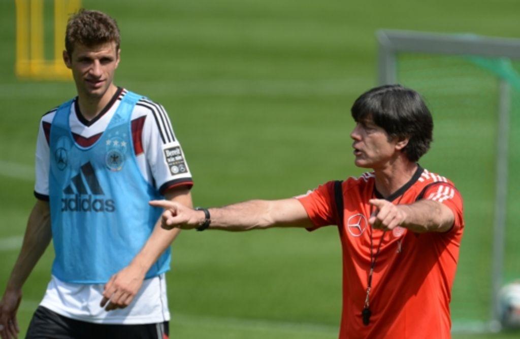 Thomas Müller (links) ist sich sicher: Jogi Löw macht als Bundestrainer weiter. Foto: dpa