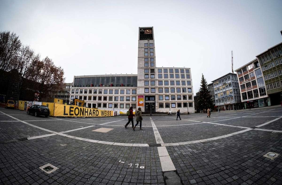 Im Rathaus wird gerechnet. Stuttgarts Finanzbürgermeister Thomas Fuhrmann, CDU, will den Haushalt im Griff behalten. In diesem Jahr muss er an die Rücklagen gehen. Foto: Lichtgut/Achim Zweygarth