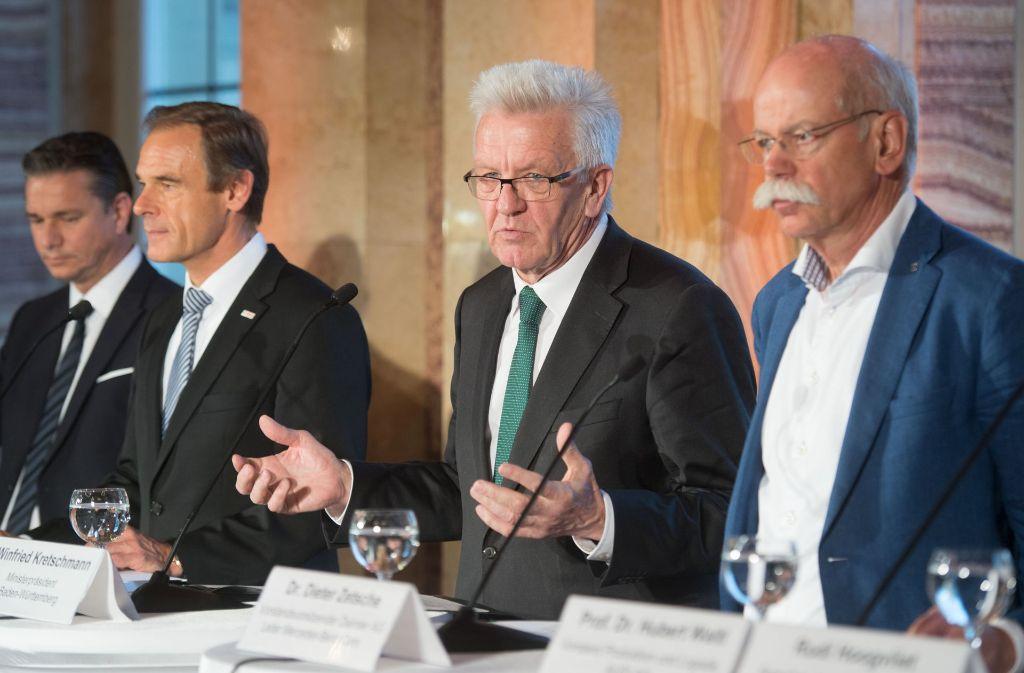 Finanzvorstand der Porsche AG, Lutz Meschke (v. l.), der Vorsitzende der Geschäftsführung der Robert Bosch GmbH, Volkmar Denner, Ministerpräsident Winfried Kretschmann und der Vorstandsvorsitzende der Daimler AG, Dieter Zetsche, bei der Pressekonferenz im Anschluss an das Treffen. Foto: dpa
