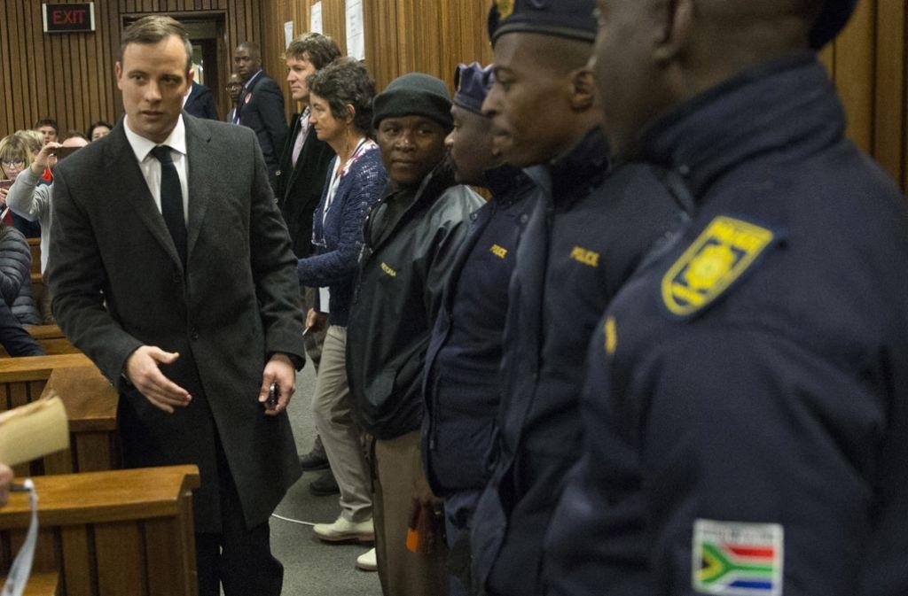 Oskar Pistorius (links) im Gerichtssaal von Pretoria: Nun wurde der frühere Spitzensportler zu sechs Jahren Haft verurteilt. Foto: AFP