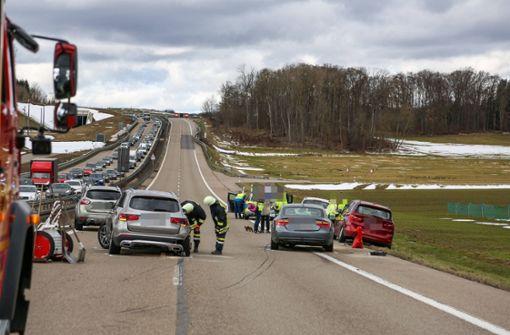 Heftiger Unfall zwischen sechs Autos sorgt für vier Verletzte