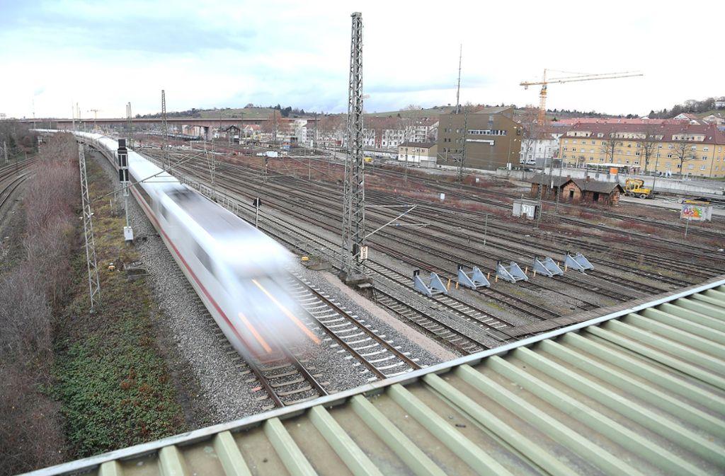 Auf der Fläche des alten Güterbahnhofs und auf insgesamt mehr als neun Kilometern Gleisen sollen künftig Züge abgestellt, gewendet und gereinigt werden. Foto: dpa/Sebastian Gollnow