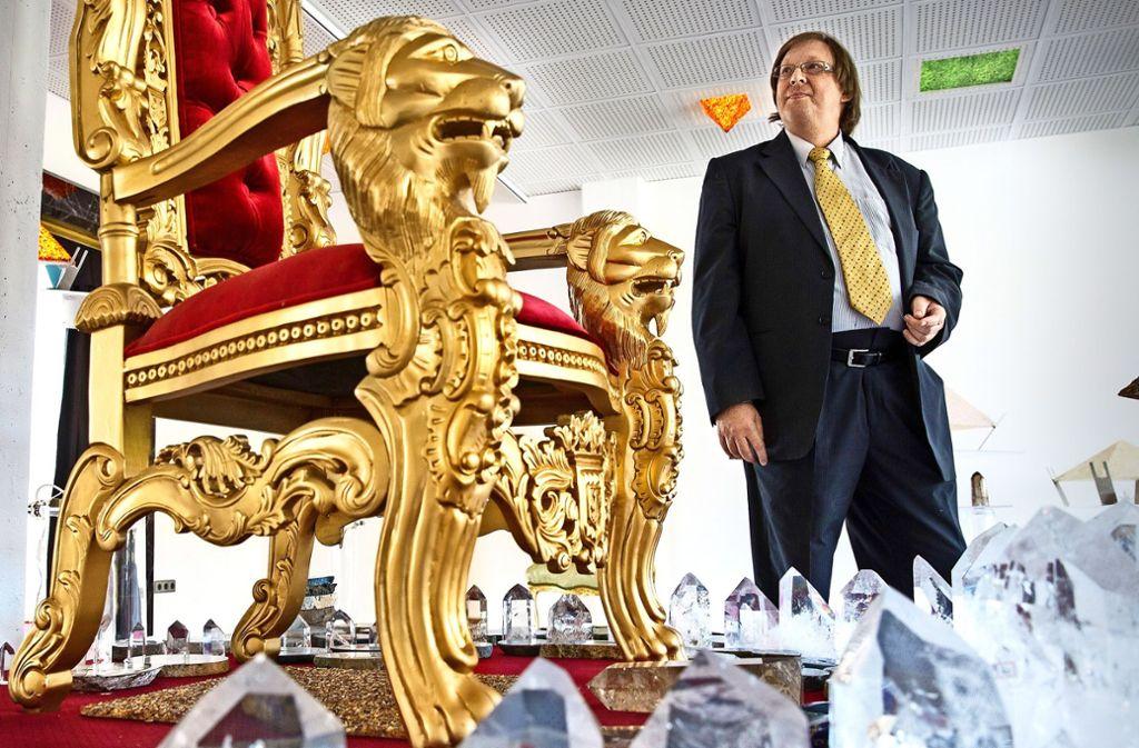 Thomas Hornauer in seinem Kristallpalast in Plüderhausen. Das Projekt sei abgeschlossen, sagt er, deshalb könne er sich jetzt neuen Aufgaben widmen – als Bürgermeister von Plüderhausen. Foto: Frank Eppler