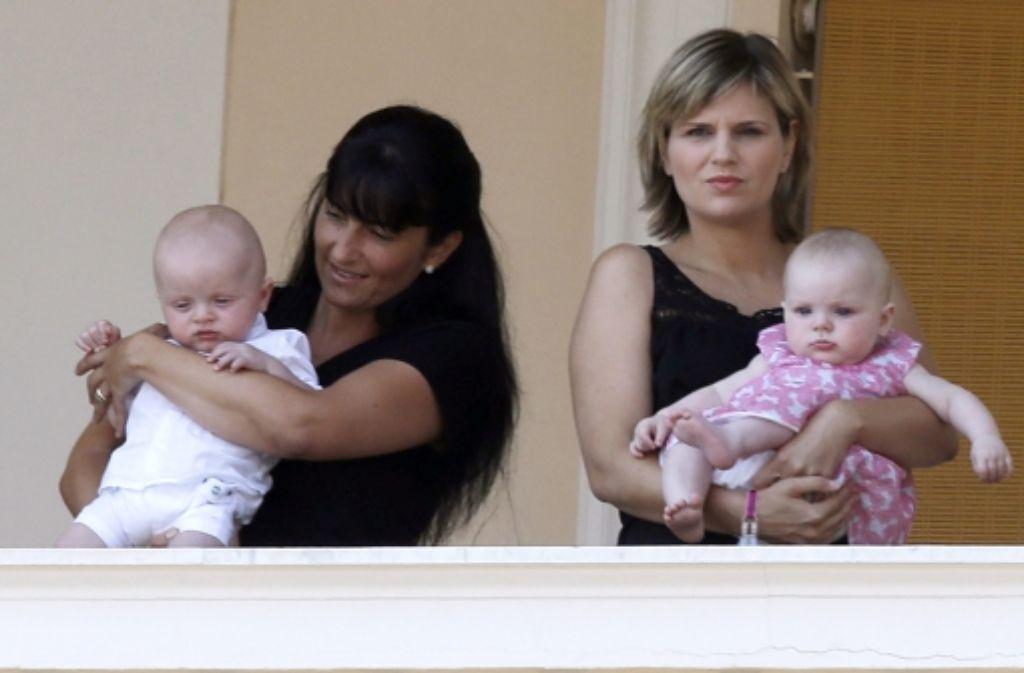 Die Zwillinge Jacques und Gabriella waren auf den Armen ihrer Betreuerinnen auf einem Balkon des Palastes mit dabei. Foto: dpa