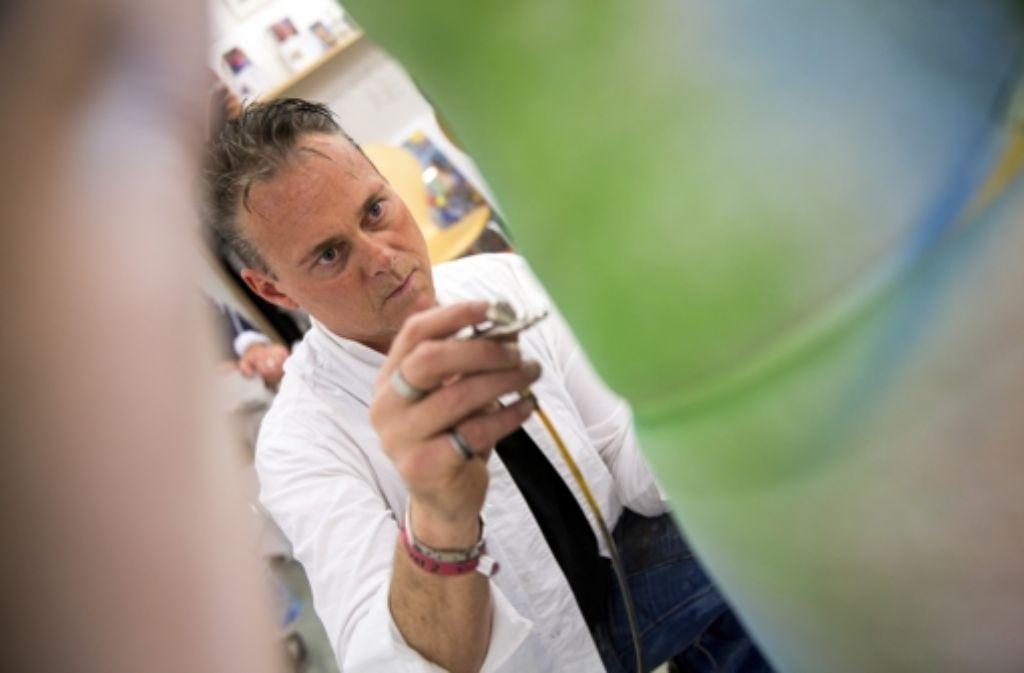 Hochkonzentriert arbeitet Udo Schurr mit seinen Airbrush-Pistolen Foto: Frank Eppler