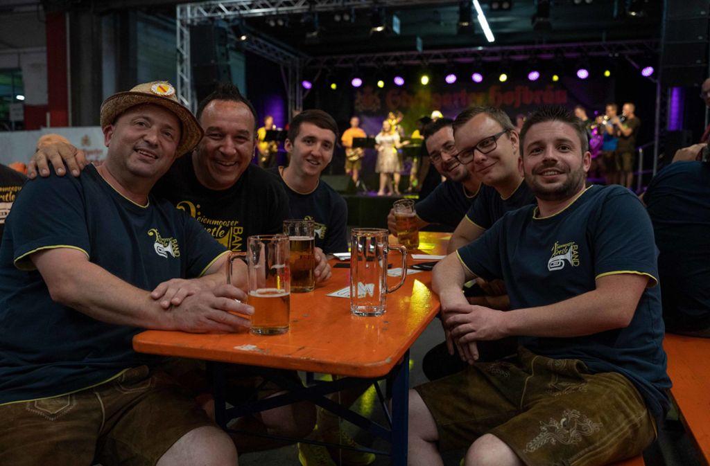 Kühles Plätzchen und kühles Pils: Beim Brauereihoffest von Stuttgarter Hofbräu gab es beides. Foto: Julia Schramm